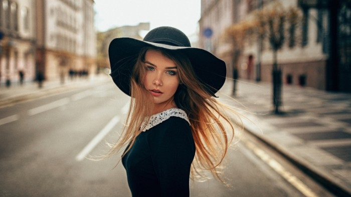 468be5476bbdf07 700x393 Девушка в шляпе   Girl in the hat
