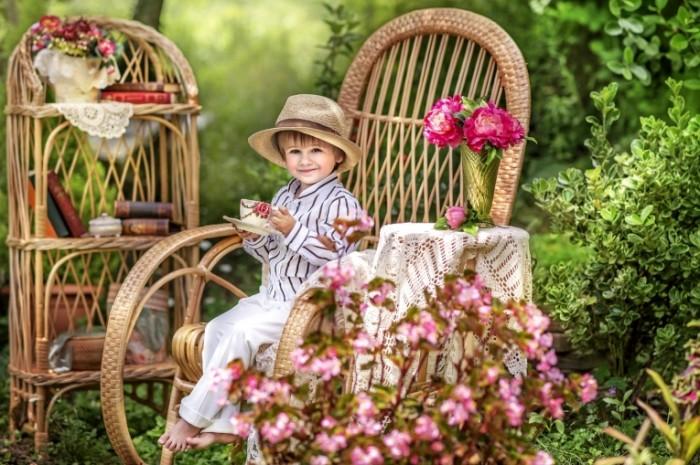 b3ae55921ca8170 700x465 Мальчик в саду   Boy in the garden
