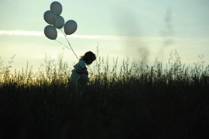 devochka shariki pole e58cd9a 700x468 Девочка с шариками   Girl with baloons