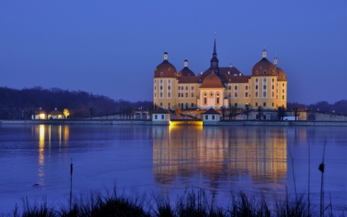 germany saxony moritzburg castle night lights light water reflection 2880x1800 sc 700x437 Германия Саксония   Germany Saxony