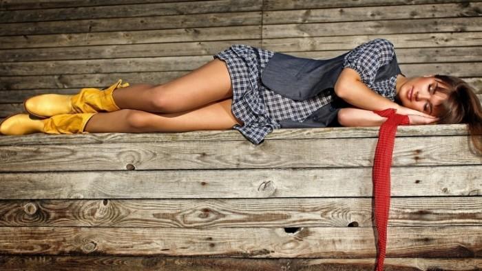 nastroenie devushka lezhit f1e5bcd 700x393 Девушка на скамье   Girl on the bench