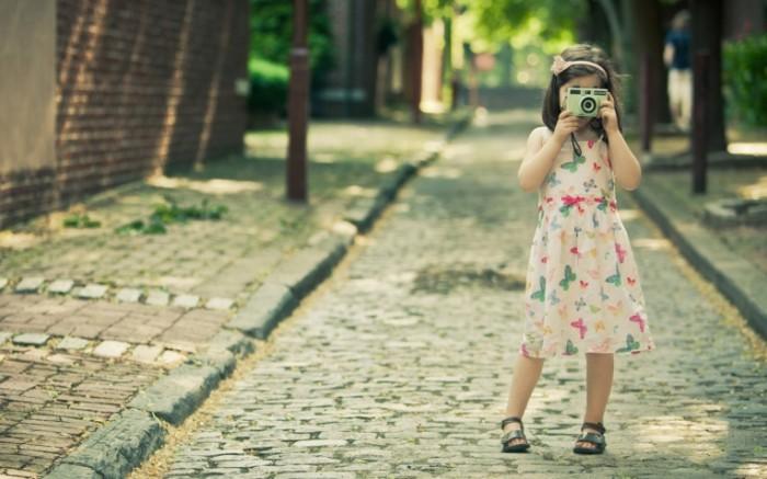 rebenok devochka fotoapparat c97dc2d 700x437 Девочка с фотокамерой   Girl with camera