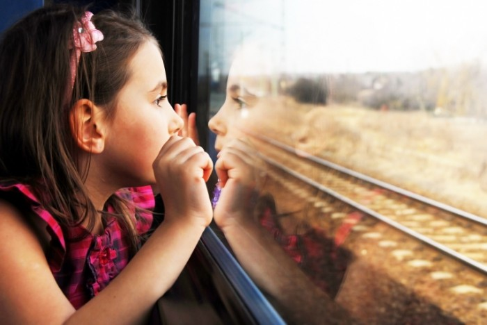 xoroshenkaya devochka okna 4288d12 700x468 Девочка в поезде   Girl in the train