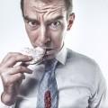 Мужчина кушает печенье - Man eating cookie