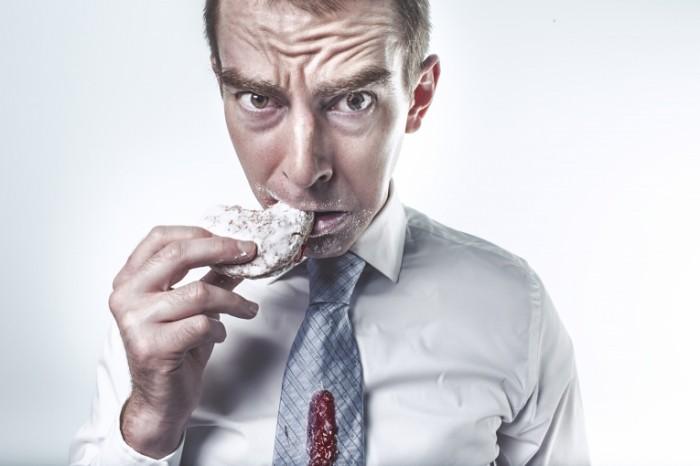 115H 700x466 Мужчина кушает печенье   Man eating cookie