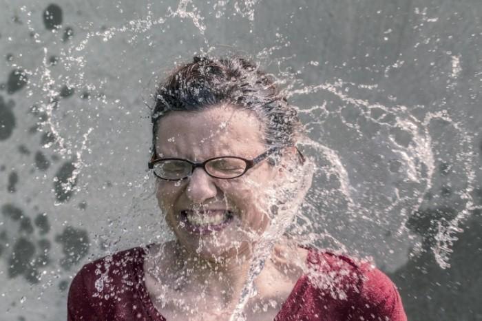 124H 700x466  Женщина в брызгах воды   Woman in splashes of water