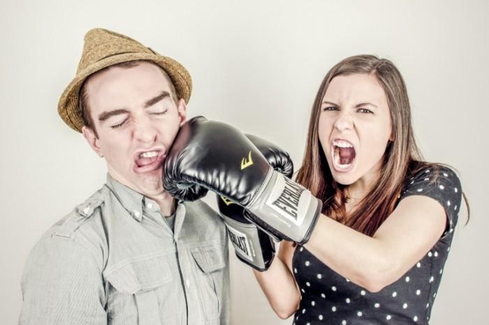 55H 700x465 Девушка с парнем дерутся   Couple fighting