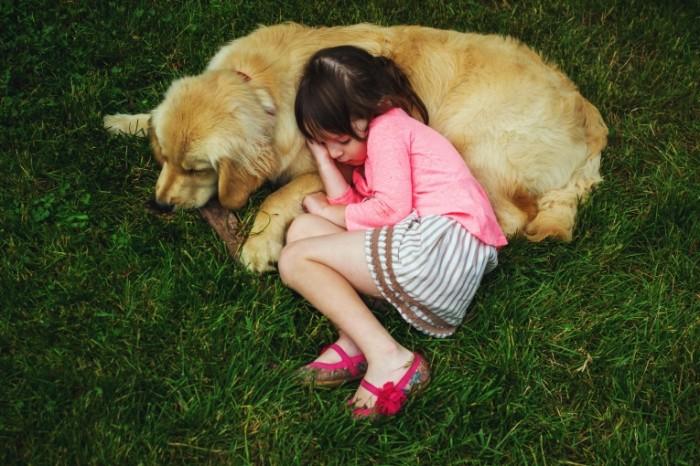 611ded288eda03f 700x466 Ребенок лежит возле собаки   Child lying near the dog