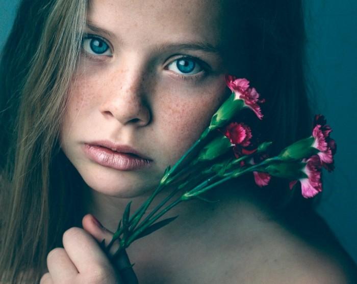 9ebda68dbfb47ee 700x558 Девушка с цветами   Girl with flowers