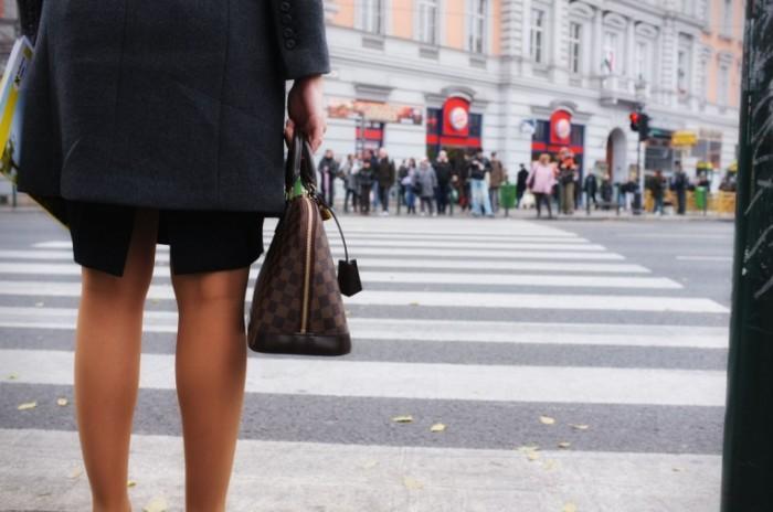 LV woman 700x464 Women with bag   Женщина с сумкой