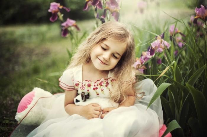 b0013e9ce1bf49c 700x462 Девочка в цветах с кроликом   Girl in the flowers with a rabbit
