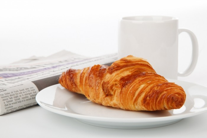 break 18987 700x465 Круасан с чаем   Croissant with tea