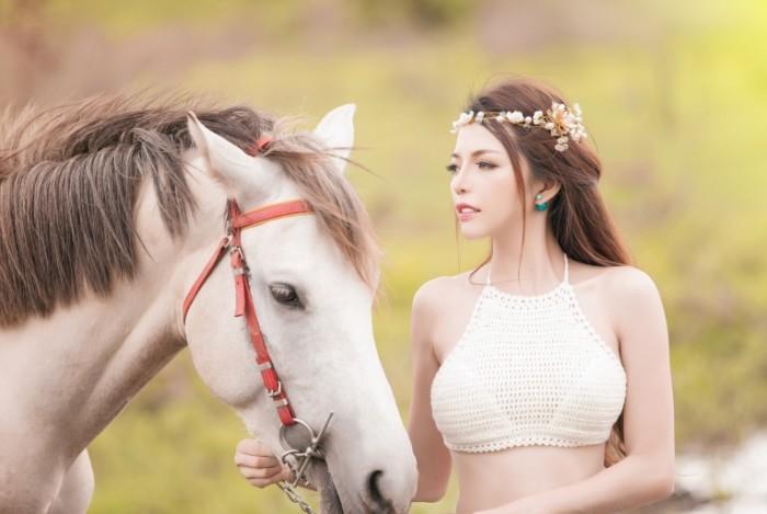 cc8b82cc68b07fd 700x469 Девушка с лошадью   Girl with a horse