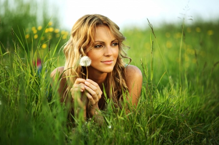 f33c22e47d5de33 700x466 Девушка в траве   Girl in the grass