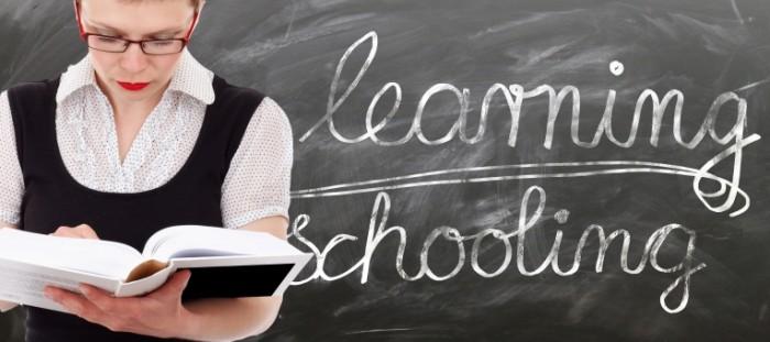 learn 1468406 700x311 Teacher at black desk   Учитель у доски