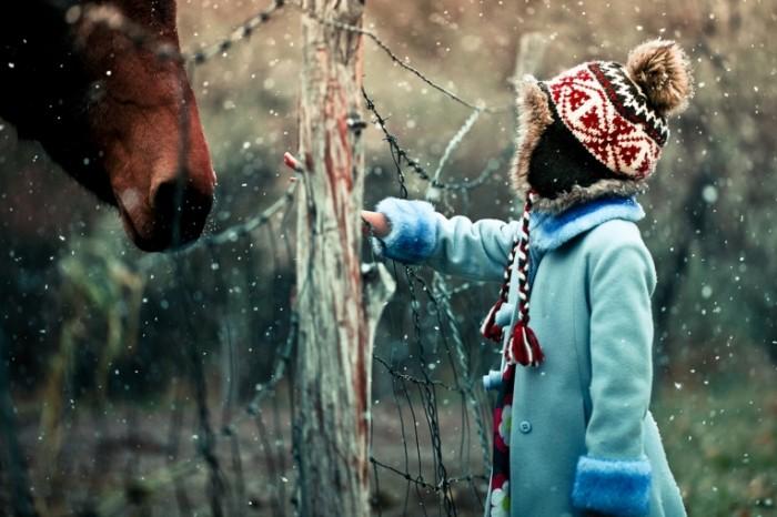 zima sneg devochka 35d3219 700x466 Ребенок зимой   Child in the winter