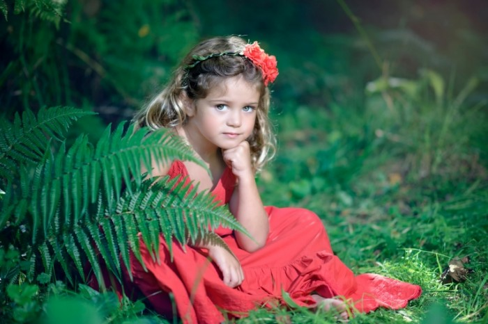 0e09b5605ea4adb 700x466 Девочка в саду   Girl in the garden