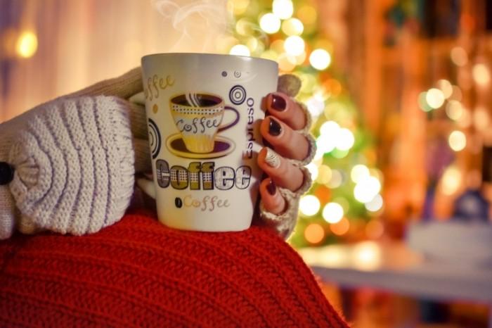 coffe 1736902 700x466 Девушка с чашкой кофе   Girl with a cup of coffee