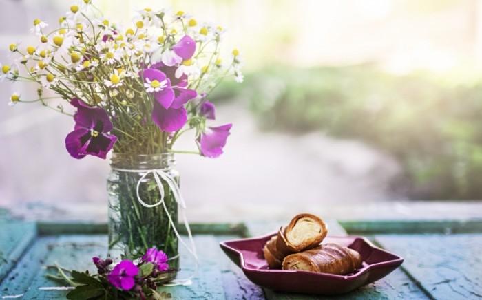 cvety fon eda vypecka bulocki sdoba 700x436 Цветы и круассаны   Flowers and croissants
