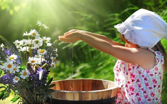 devochka sarafan platok 51824ee 700x437 Девочка в панаме с цветами   Girl in a hat with flowers