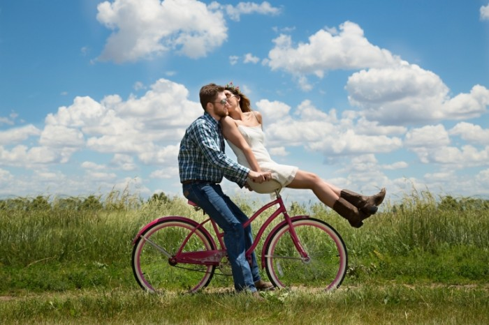 engagement 1718244 700x466 Girl with a guy on a bike   Девушка с парнем на велосипеде