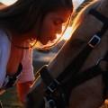 Девушка целует лошадь - The girl kisses a horse