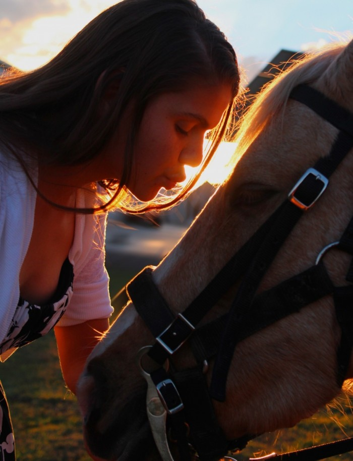 kissing 1734991 700x914 Девушка целует лошадь    The girl kisses a horse
