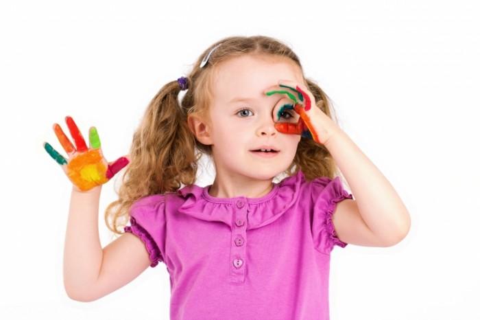 kraski devocka rebenok ruki malenkaa child little girls paints 700x466 Девочка в красках   Girl in paints