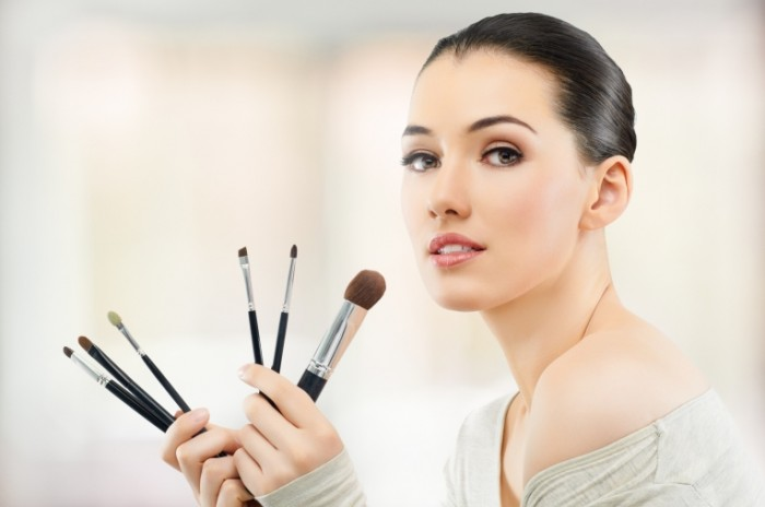0b874f2fff85d56 700x464 Девушка визажист   Girl makeup
