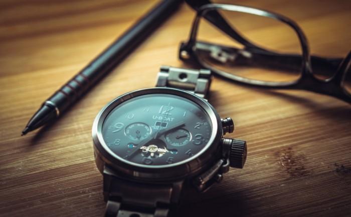 clock 1461689 1 700x433 Наручные часы на столе   Wristwatch on a table
