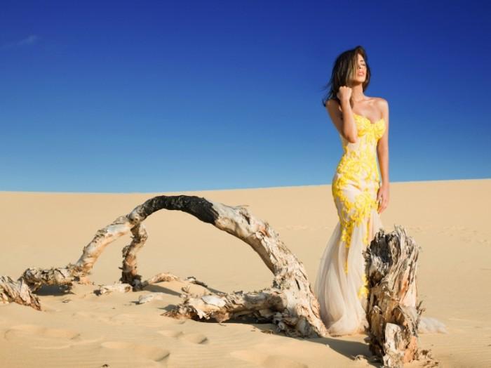 derevo devuska pustyna into the desert 700x524 Girl in the desert   Девушка в пустыне