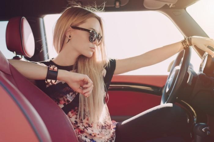 devuska blondinka masina ocki profil sidit rul 700x465 Девушка за рулем   Girl at the wheel