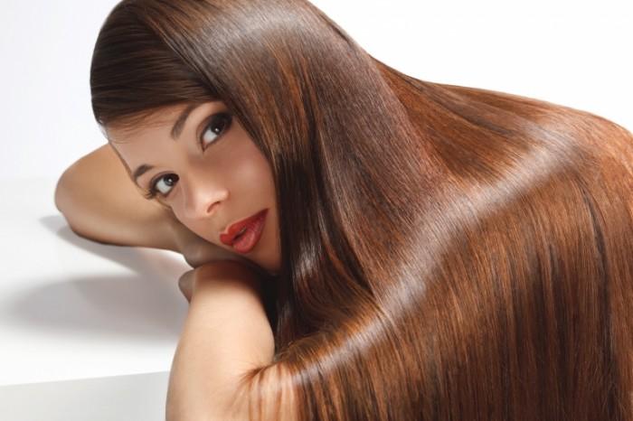devuska volosy vzglad makiaz ruki belyj fon 700x466 Девушка с длинными волосами   The girl with long hair
