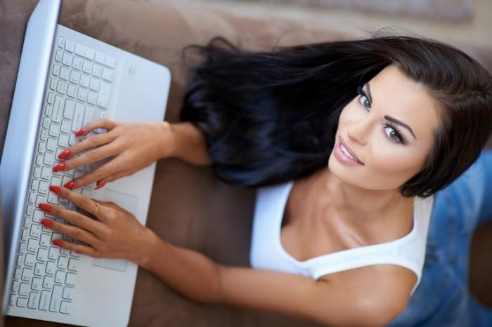 devuska vzglad glaza ulybka volosy lezit ruki nogti noutbuk 700x466 Девушка печататет на ноутбуке   Girl typing on laptop