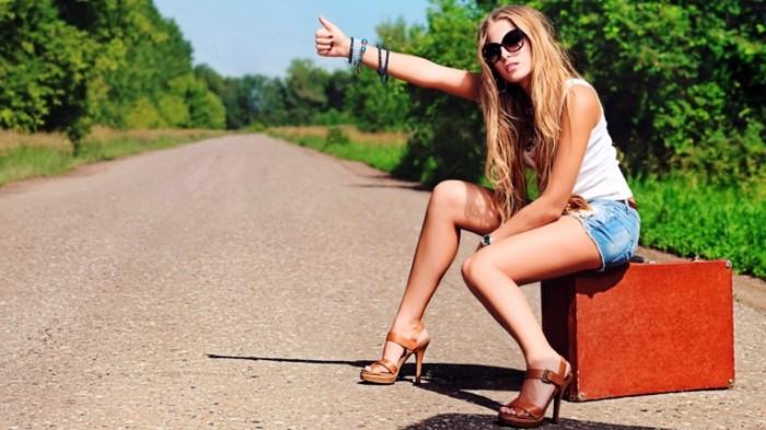 e7f2ba2d108784e 700x393 Девушка ловит такси   Girl is waiting a taxi