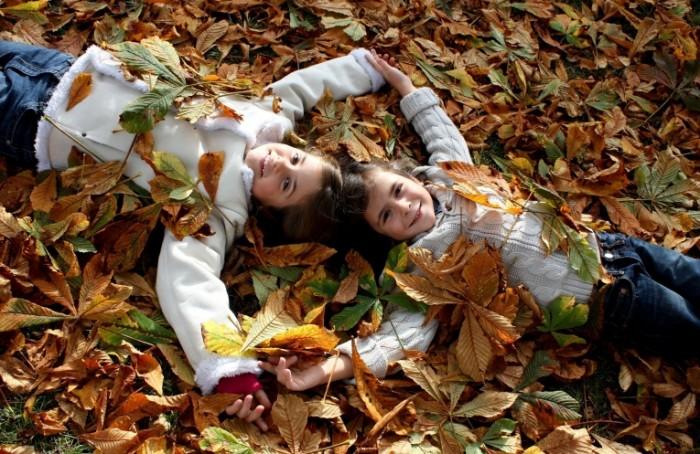 nastroenie radost schaste 836834b 700x454 Дети в листьях   Children in the leaves