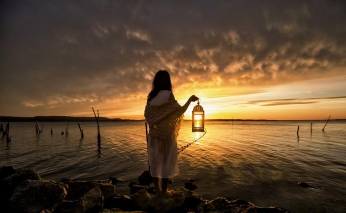 noc devuska more fonar 700x432 Девушка в реке с фонарем   Girls in the river with a light