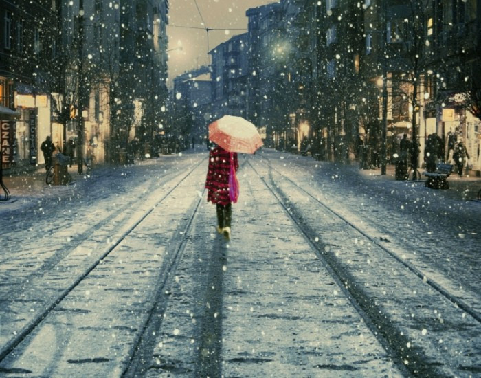 sneg ulica zontik ad590d9 700x550 Снежная погода   Snowy weather