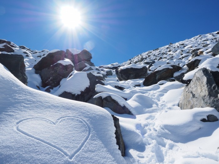 sun 1756322 700x524 Снег в горах   Snow in the mountains