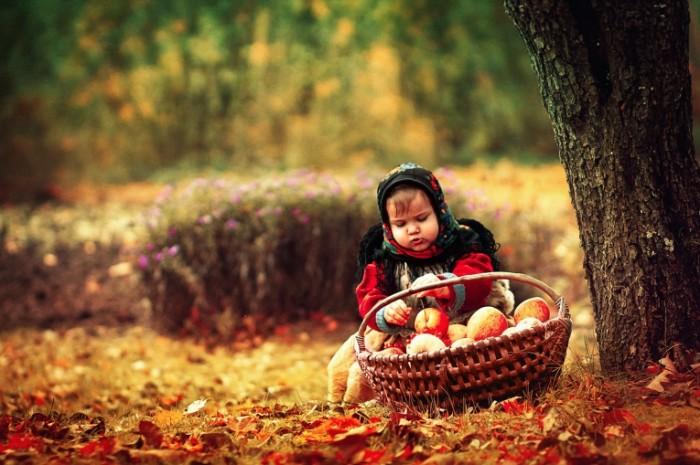 0a20dfac802cf37 700x465 Ребенок с яблоками   Child with an apples