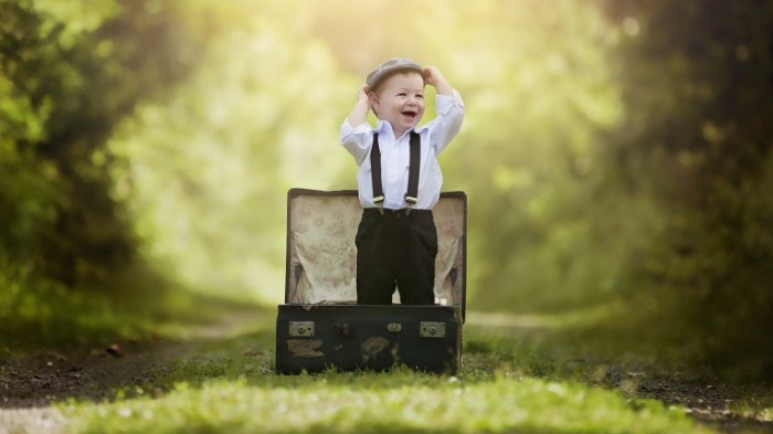les park deti radost rebenok malcik malys detstvo emocii cemodan 700x393 Маленький мальчик в чемодане   A little boy in the suitcase