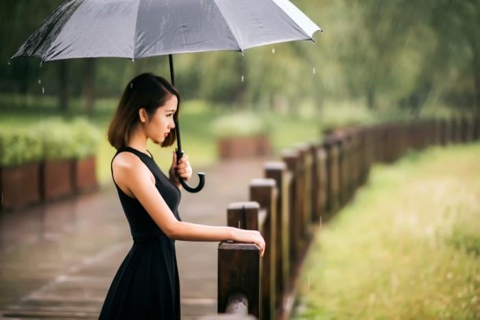rain color devuska zont dozd 700x466 Девушка под дождем   Girl in the rain