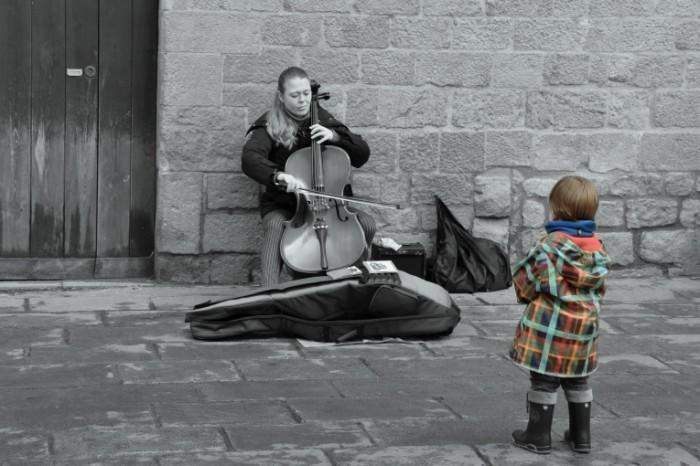 14848298805880b4b8b22c72.54274490 700x466 Уличный музыкант   Street musician