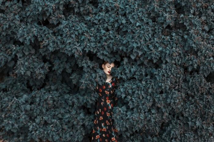 14848315785880bb5a898379.78882148 700x465 Девушка в растениях   Girl in a plants