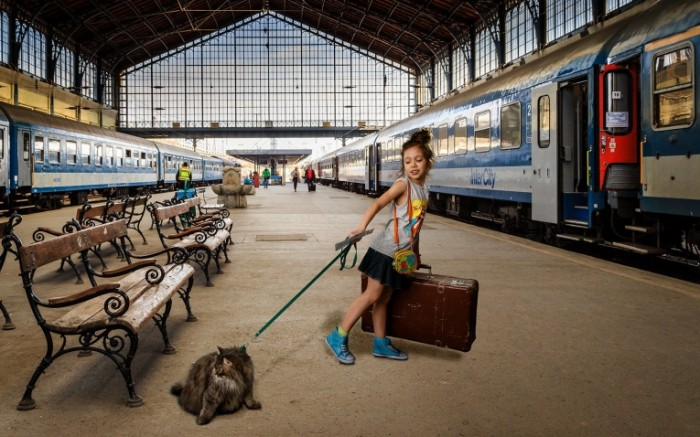 16b7a8fa4dfbcbb 700x437 Девочка с животным на вокзале   Girl with a pet on a station