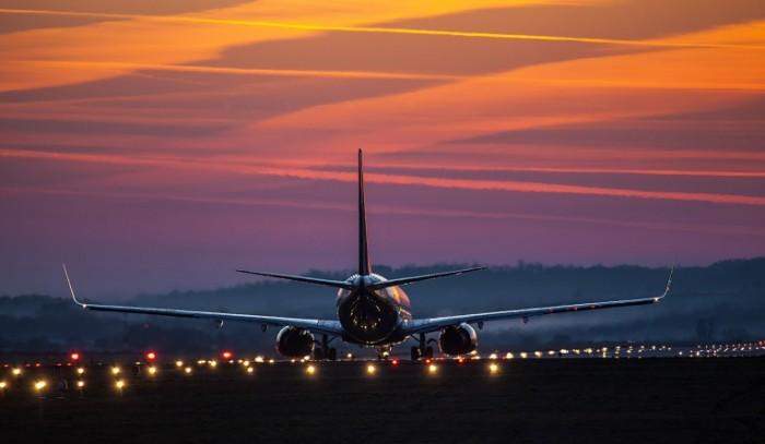 2f9cdf878ac7ef4 700x407 Самолет на взлетной полосе   A plane n the runway