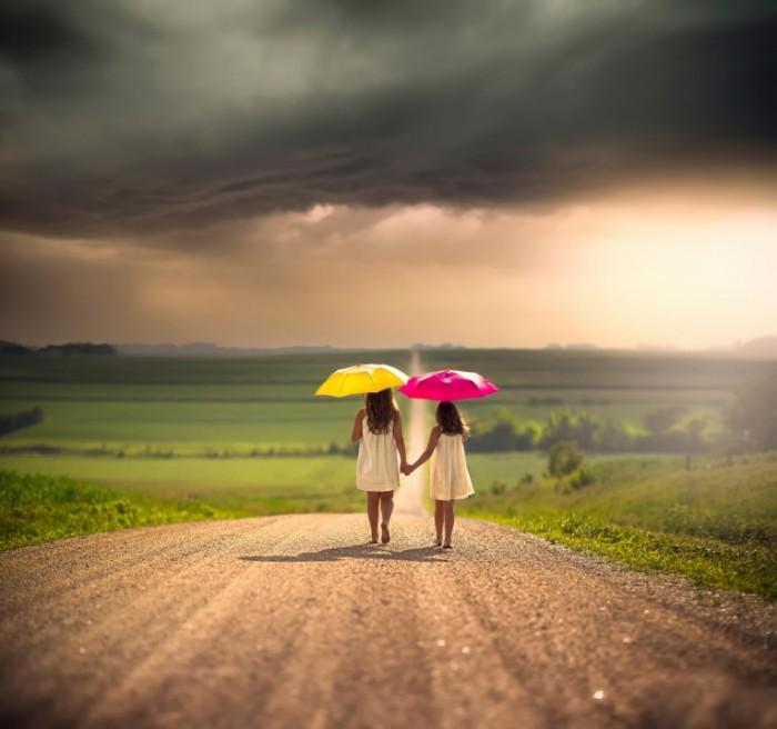6158a31eda5c422 700x656 Девочки с зонтами на дороге   Girls with umbrellas on the road