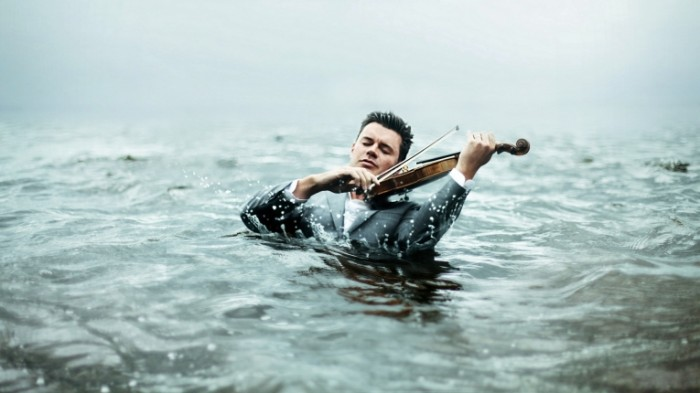 b3cb47477244b18 700x393 Скрипач в море   Violinist in the sea