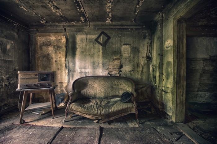 komnata divan radio 700x466 Старая комната   Old room