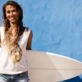 Девушка с доской для серфинга - Girl with a surfboard